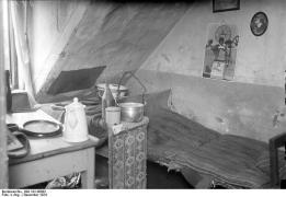 Zu dem großen Prozess den siebenundzwanzigfachen Mörder Haarmann in Hannover, wozu hundertundneunzig Zeugen geladen sind. Die Mansardenstube, die Wohnung Haarmanns in welcher er seine Opfer umbrachte.